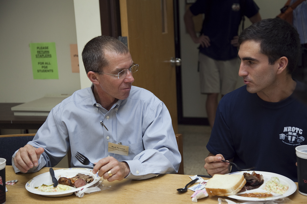 Alumnus and student discuss jobs over a meal.